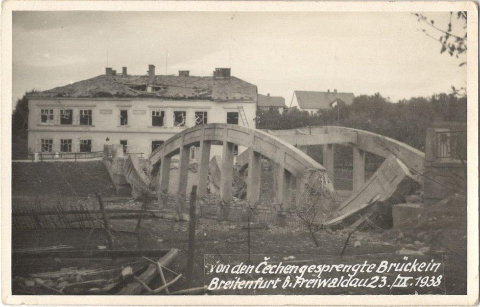 Září 1938. Československá armáda vyhodila do povětří most v Širokém Brodě na Jesenicku.
