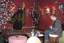 Tanečnice Andrea  a kytarista Láďa Buchta představili v Ninive projekt Kalweras, ve kterém je tanec a hudba neoddělitelnou složkou.