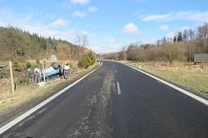 Snímek po nehodě v nebezpečném úseku mezi Zátorem a Novými Heřminovy. Ilustrační foto.