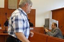 Jaroslav Mokráš ze Světlé Hory odebíral na černo elektřinu do svého domku ve Světlé Hoře, za což se zpovídá u bruntálského okresního soudu.
