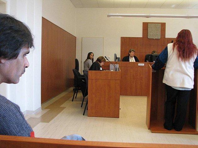 Obviněný muž neustále popírá, že by měl vloni v červnu vlézt pod peřinu čtrnáctileté členky svého pěveckého souboru a pokoušet se s ní o soulož.