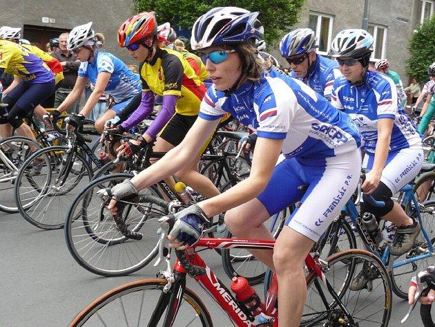Prvního závodu šestnáctidílného seriálu Slezského poháru amatérských cyklistů se zúčastnily bezmále dvě stovky závodníků.