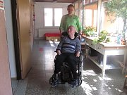 Ondřej poznal Jiřího před rokem, když se stal dobrovolníkem Slezské diakonie Krnov. Ondřej Jiřímu pomáhá s počítačem, chodí spolu ven, občas si dají hamburger a nealko pivo.
