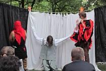 Kočovná divadelní společnost v Krnově na zahradě Flemmichovy vily. Ilustrační foto.