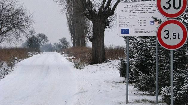 Hlinku v roce 2009 spojila s Polskem tato nová silnice. Čeští a polští sousedé po ní toužili už od roku 2007, kdy se při oslavách vstupu do Schengenu sešli při odstraňování hraničních závor a zátarasů. Dnes zde sníh odhrnují Poláci se svou technikou.
