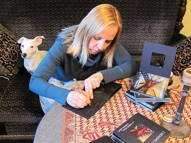 Renata Cahrousková při číslování a podepisování limitované edice knihy Z jednoho pramene...a z básně obraz, z obrazu píseň.