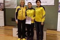 Anna Michalcová (uprostřed), krnovská zápasnice, předvedla, že ve své kategorii kadetek nemá konkurenci a přivezla z Chemnitz zlato.