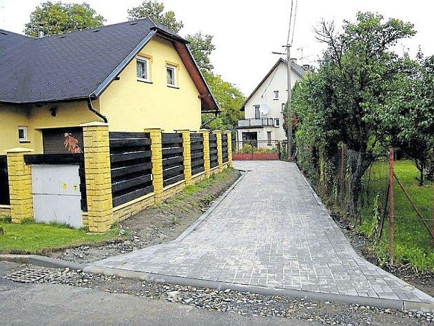 Nové chodníky se budují ve Městě Albrechticích.
