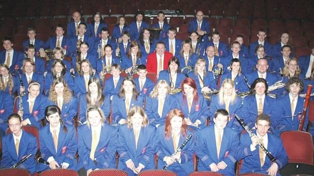Dechový orchestr mladých letos pozval na svůj tradiční Vánoční koncert v krnovském divadle dívčí pěvecký sbor Ars Voce.