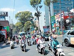 Motorka je ve Vietnamu oblíbený dopravní prostředek.