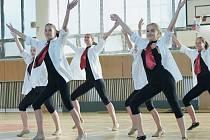 Tanečníci a tanečnice ze Stonožky v létě nezaháleli a pilně cvičili v tělocvičně bruntálské střední školy.