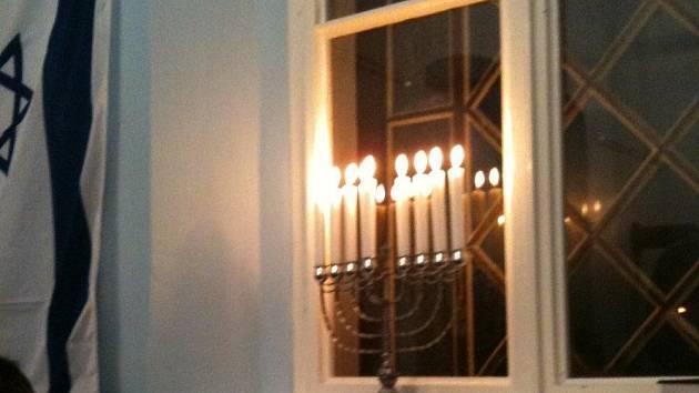 Chanuka je jako svátek světel provázena zapalováním svící na osmiramenném svícnu chanukia. Deváté pomocné rameno slouží k odkládání svíčky určené k zapalování.