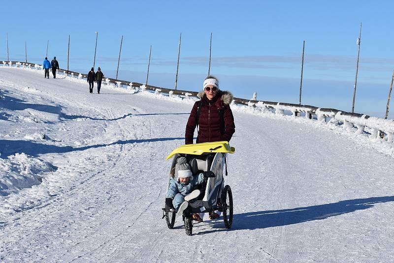 Nedělní výlet na Praděd byl jako bílá zimní pohádka zalitá sluncem. 13. prosince 2020.
