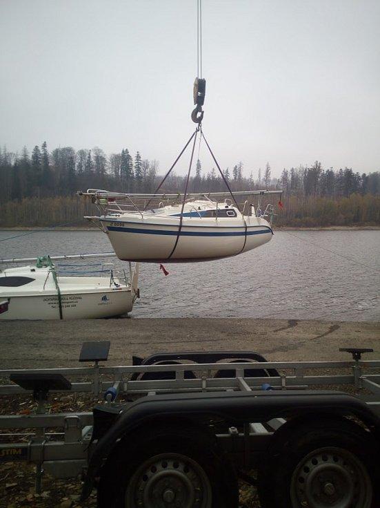 Jachtařům na Slezské Hartě skončila sezona, museli tedy vytáhnout své lodě z vody a odvézt k zazimování.