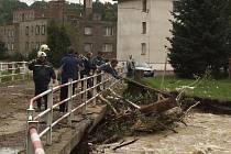 V Dívčím Hradě říčka Osoblaha přinesla klády a vyvrácené stromy, které vážně poškodily konstrukci mostu.