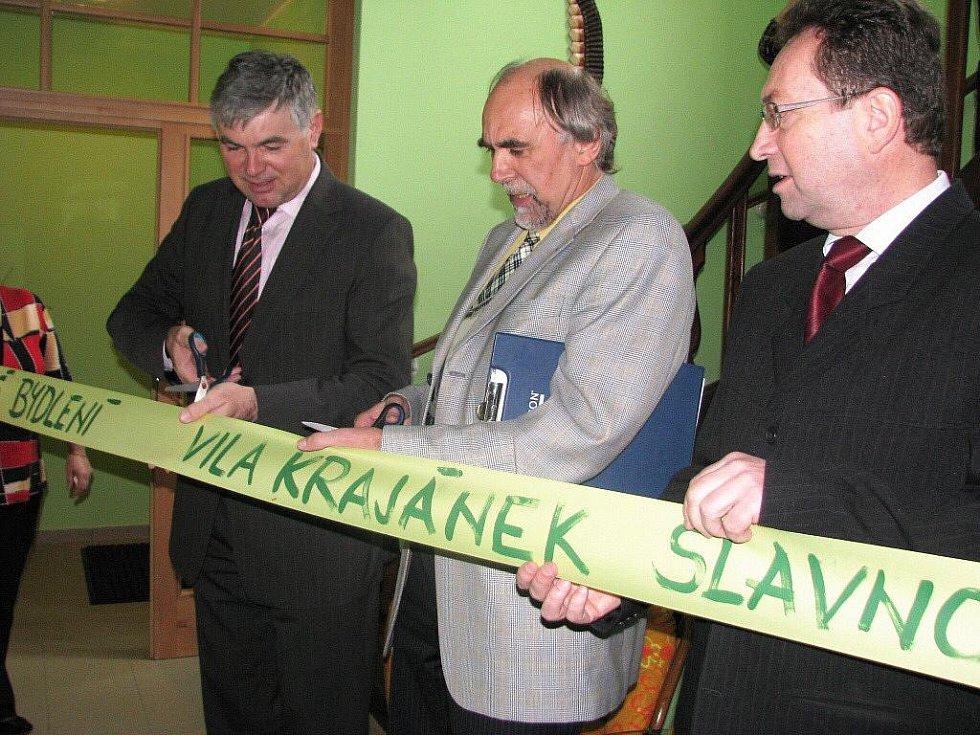 Hejtman Jaroslav Palas (vlevo) ve Městě Albrechticích včera otevřel chráněné byty pro klienty Krajánku v budově bývalé mateřské školky. Při této příležitosti zavzpomínal, jak před lety do této školky vodil své děti.