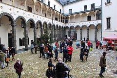 Bruntálský zámek ožil vánočním jarmarkem, v sobotu 16. prosince sem zamířili lidé za trhovci, kteří nabízeli řemeslné výrobky, vánoční dekorace a bezpočet nejrůznějších dárků pro radost.