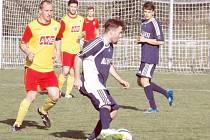 Fotbalisté Břidličné pokračují v sérii úspěšných výsledků a stoupají tabulkou krajského přeboru. Na snímku s míčem Josef Holčák, který svým gólem utkání s Polankou rozhodl.