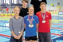 S medailemi na krku Dominika Geržová  (v modrém) a Roman Procházka (v červeném).