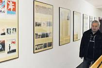 Pavel Rapušák u expozice, připomínající období první světové války. Výstavu si mohli lidé prohlédnout v Městské knihovně Bruntál.