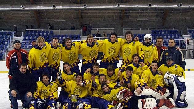 Takhle se nechali zvěčnit mladí krnovští hokejisté po klíčovém vítězství nad Kopřivnicí. Svěřenci trenéra Plánovského na domácím ledě vybojovali definitivní záchranu v juniorské první lize.
