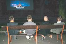 Krnovské letní kino se v pondělí otevřelo divákům, úvodní promítací den se ale příliš nevydařil.