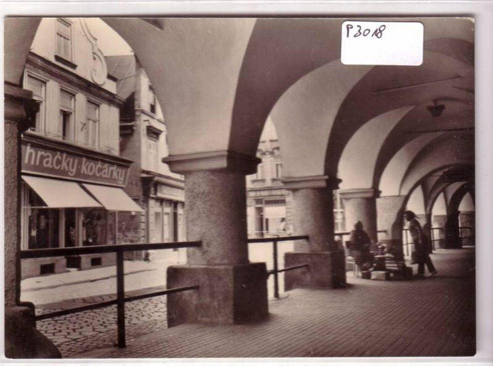 podloubí v Hobzíkově ulici, rok 1960. Domy, které je vidět vlevo, už nestojí, nahradil je objekt Prioru.