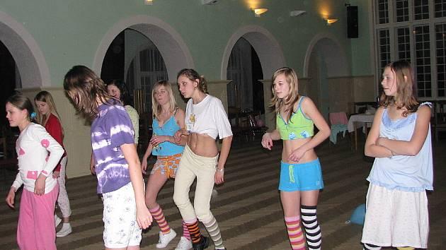 Břišní tance se mohli naučit účastníci Pyžamové párty. Zatímco do výuky řeckých tanců se pustili téměř všichni, pro orientální tance našli odvahu pouze ti mladší.