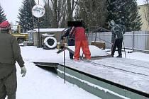 Zloděje schodů z areálu holobytů v Bruntále dopadli při činu.