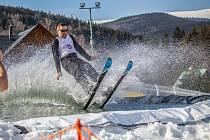 KARLOVSKÝ VODNÍK kombinuje klasické a vodní lyžování. Ve Ski Aréně Karlov si vodního lyžování užili minulý víkend, a sezonu 2018/2019 definitivně ukončíme v neděli 31. března v 16 hodin.