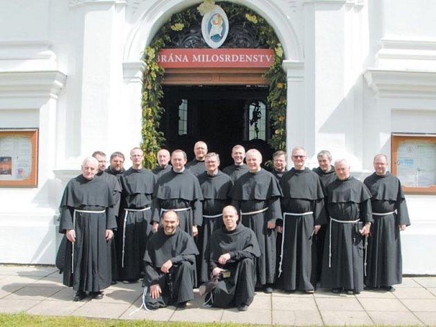 Bratři Minorité, kteří se v polovině června setkali ve svém krnovském klášteře na provinční kapitule, také ze všeho nejdřív společně prošli Svatou bránou milosrdenství na Cvilíně.