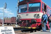Vlaky z Krnova do Jeseníku přes polské Glucholazy prožívají nejistou sezonu. Měly být zrušené už v červnu, ale kraj po masivních protestech své rozhodnutí odložil na konec roku.
