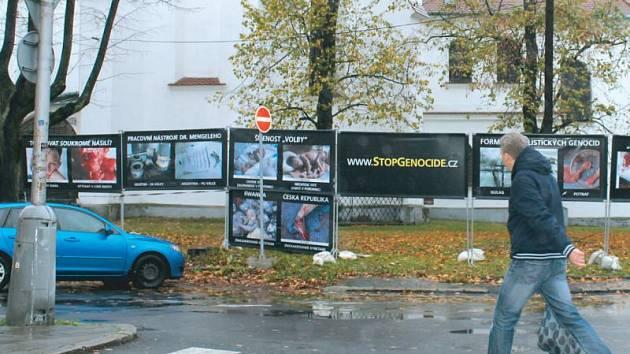 Mnohdy až odpudivé snímky obklopily kostel v Bruntále. Kampaň brojí proti potratům.