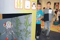 Malý domeček představuje vězení. Děti se mohou posadit dovnitř a přemýšlet o tom, zda má smysl nechat se zavřít kvůli marihuaně.
