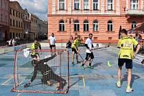 Krnovské náměstí se změnilo ve florbalové hřiště, protože Orca Summer Cup se odehrává pod širým nebem.