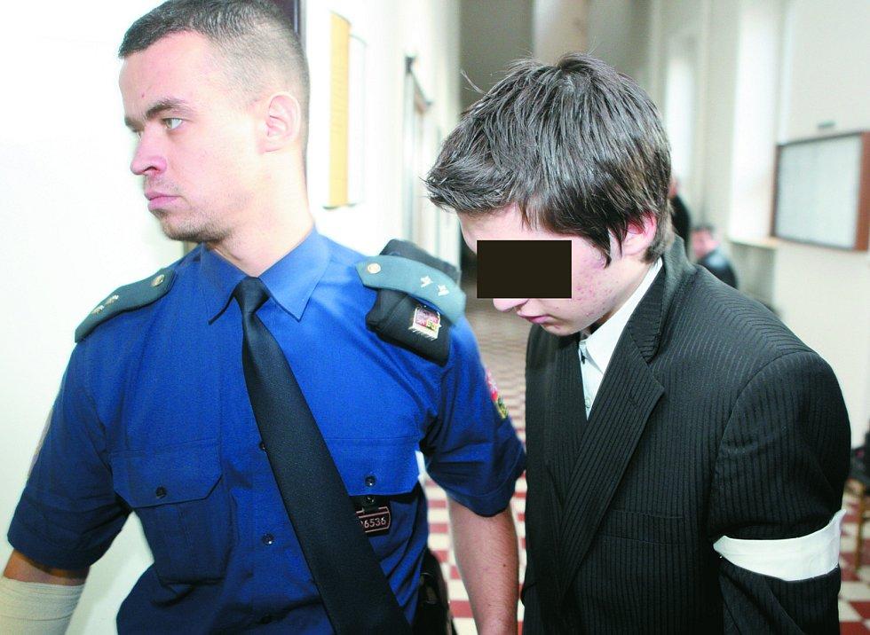 Mladík z Krnova obviněný z vraždy své jedenáctileté sestry v budově ostravského soudu.