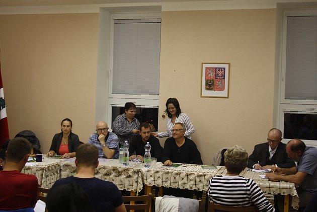 Zastupitelstvo Nových Heřminov má sedm členů. Kandidátka proti přehradě má čtyři zastupitele, kandidátka Občané pro rozvoj obce tři. Jejich programy jsou votázce nového územního plánu protikladné a neslučitelné.