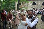 Monika a Marek se vzali v zaniklé obci Pelhřimovy. Pro kostel sv. Jiří to byla první svatba v jeho poválečné historii. Byl to obřad tradiční i alternativní, konvenční i invenční, ale hlavně romantický.