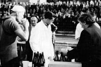 Česko-polský projekt představí historii cyklistiky v příhraničí. Na snímku z roku 1953 slavný cyklista Jan Veselý při dojezdu etapy Králíky – Krnov.