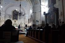Dana Chytilová v čase, kdy už je všude překoledováno, nabídla v kostele v Holčovicích adventní šansonový recitál.