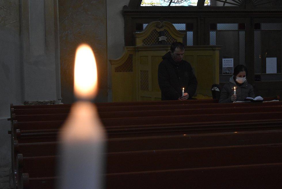 Farníci v Holčovicích přijali svátost pomazání nemocných. Dříve se jí říkalo poslední pomazání. Následovalo svěcení svíček hromniček.
