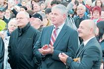 Senátor Jaroslav Palas se poslední dobou doma v Krnově na veřejnosti moc neobjevuje. Snímek je z loňského listopadu, kdy na krnovském náměstí tleskal projevu prezidenta Miloše Zemana.