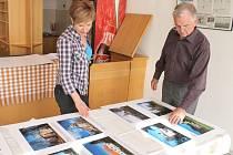 Milan Gajdík veřejnosti představí v městském divadle v Bruntále soubor šedesáti fotografií kostelů a kaplí bruntálského okresu. Na snímku s Ditou Dulovcovou z oddělení kultury města.