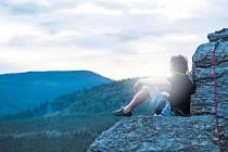 Rabštejn je nejkrásnější horolezecký areál Jeseníků. V současnosti se tyto romantické skály objevují v televizním reklamním spotu Den jako Braven. Šplhá po nich olympionik Ondřej Bank (na snímku), který kvůli natáčení vyměnil lyže za horolozecký úvazek.