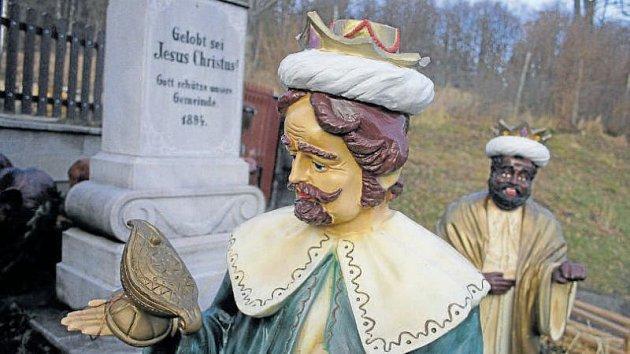 Plastoví tři králové směřují ke zvoničce na Ježníku, která se každoročně mění na Betlém. Pečují o ně místní, kteří si říkají Hašiši Ježník.