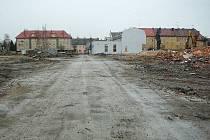 V krnovských kasárnách po zbourání garáží vznikla velká proluka. Dnes zde právě začíná budování infrastruktury, která je nutná pro plánovanou výstavbu bytových domů.
