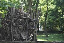 Festival Landscape představil v Krnově také zakládajícího člena Ztohoven Matěje Hájka. Památník tří německy hovořících umělců doplnil vytrženými kořeny.