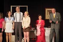 Jan Pirkl loni a předloni zářil v hlavní roli konverzační komedie Vražda sexem (vlevo na snímku). Zítra se soubor Lidového divadla při MIKS Krnov představí novou inscenací Dokonalá svatba, ve které se Pirkl tentokrát ujal role režiséra.