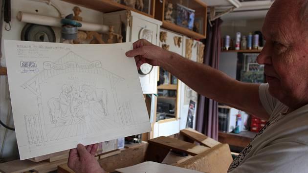 Novinkou letošního adventu v Bruntále bude betlém v životní velikosti na náměstí Míru. Pro město jej vyřezává bruntálský řezbář František Nedomlel.