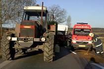Řetězová havárie nedaleko Horního Benešova. V pátek 20. listopadu se zde srazil Mercedes, Avia a traktor.